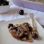 Clafoutis di ciliegie con cioccolato bianco e pistacchi