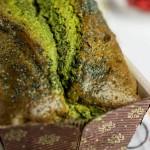 Cake al mascarpone con  tè verde matcha e bacche di goji