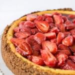 Cheesecake di ricotta con zenzero e topping di fragole all'aceto balsamico